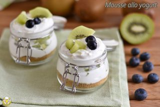 mousse allo yogurt con frutta fresca kiwi mirtilli e base di biscotti ricetta dolce veloce light con yogurt greco il chicco di mais 320x213 1 1 - Italian Christmas meal: What do Italians eat at Christmas?